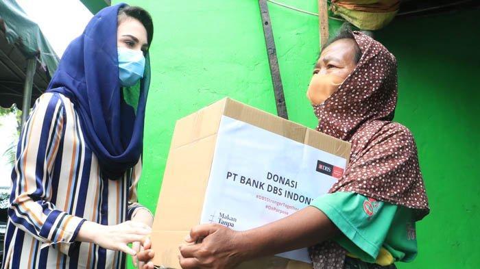 Arumi Emil Dardak dan Garda Pangan Bagi-bagi Sembako ke Warga Kebon Rojo Surabaya
