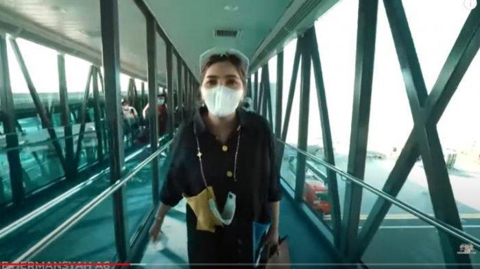 Ashanty saat baru saja turun dari pesawat