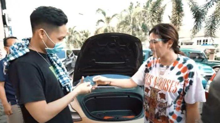 Ashanty membelikan mobil mewah untuk Azriel Hermansyah