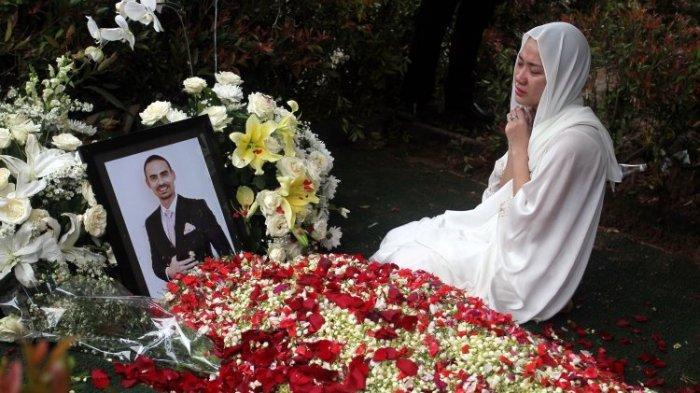 Artis Bunga Citra Lestari (BCL) berdoa di depan makam suaminya almarhum Ashraf Sinclair di pemakaman San Diego Hills, Karawang, Jabar, Selasa (18/2/2020). Ashraf Sinclair meninggal serangan jantung pada Selasa 18 Februari 2020 pukul 4 dini hari.
