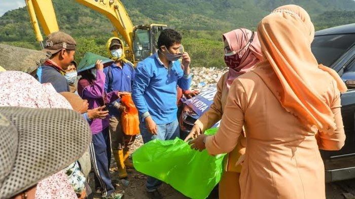 Gerakan Berbagi, ASN dan Dharma Wanita Pemkot Kediri Bagikan Nasi Kotak di TPA Klotok