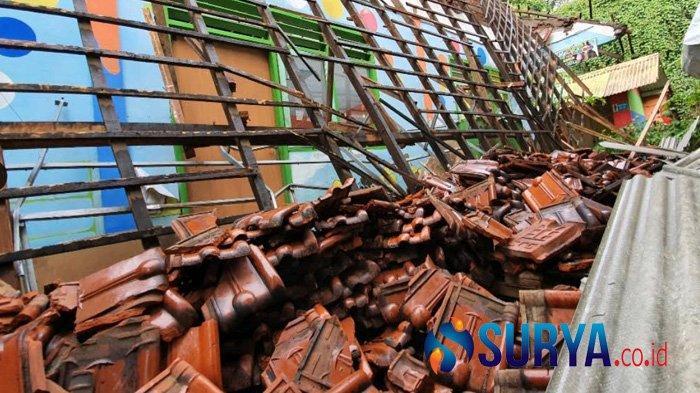 Tragedi Setahun Lalu Masih Membekas, Gedung SDN Gentong di Kota Pasuruan Ambruk Lagi - atas-sekolah-di-pasuruan-ambruk-lagi-12.jpg