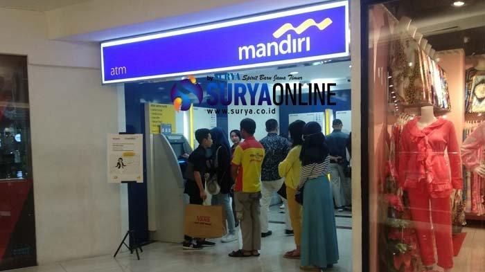 Warga Surabaya Antre ATM Bank Mandiri di TP 2, Ada Nasabah yang Saldonya Jadi Rp 0