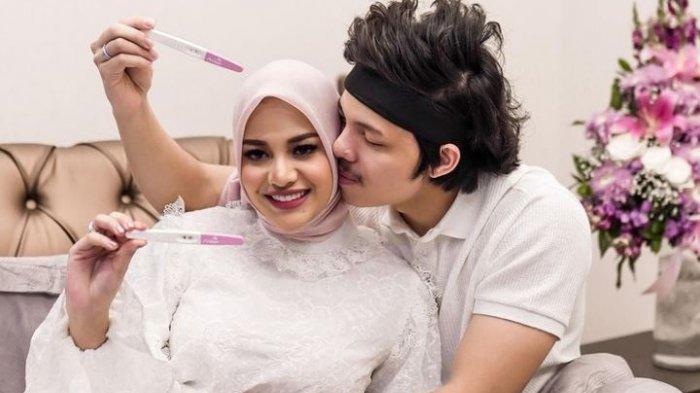 Atta Halilintar saat mengumumkan kehamilan Aurel Hermansyah