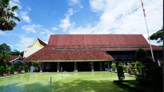 Bupati Anas ResmikanAula Politeknik Negeri Banyuwangi (Poliwangi) yang Bercirikan Arsitektur Osing