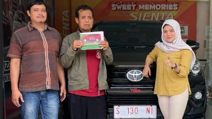 Perwakilan dealer Auto 2000 Tuban menyerahkan mobil yang dibeli warga kampung miliarder Tuban yang ada di sekitar kilang minyak.