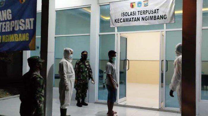 Babinsa Kabupaten Lamongan Ikut Bantu Pemindahan Warga Isoman ke Tempat Isolasi Terpusat