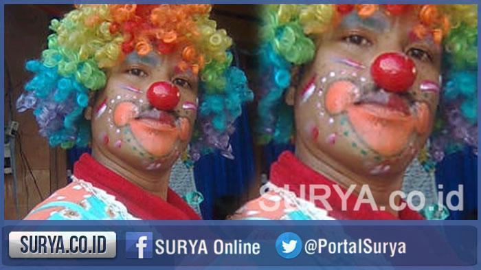 PNS Surabaya Ini Nyambi Jadi Badut dan Pesulap