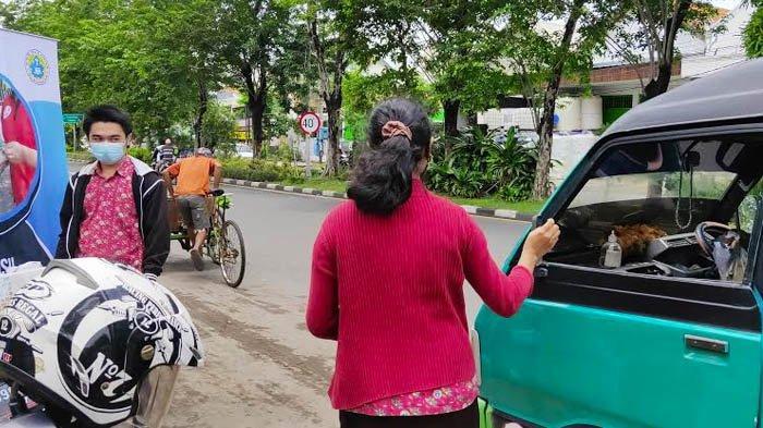 Bentuk Kepedulian,  Siswa SMK St Louis Surabaya Bagi-bagi Makan Siang untuk Warga Membutuhkan