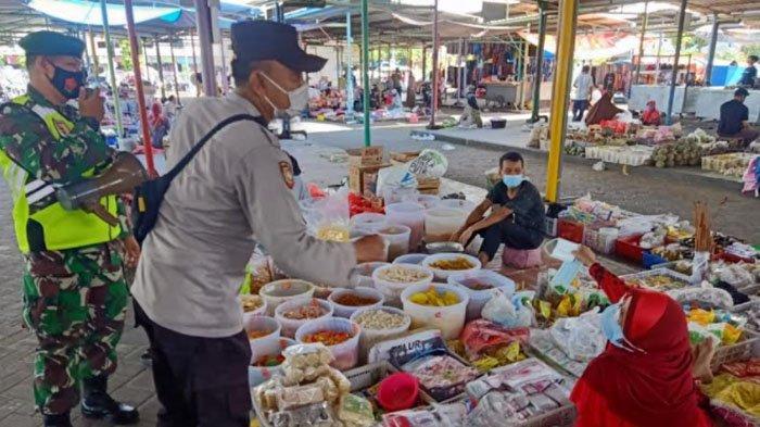 Datangi Pasar, Satgas Covid-19 Bagikan Masker untuk Pedagang di Kabupaten Gresik