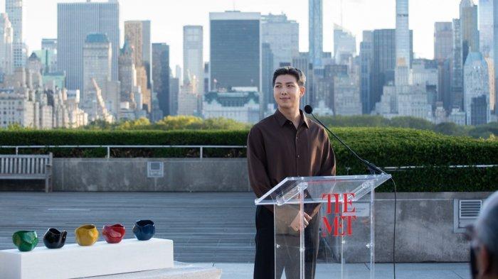 Bak Politisi Muda, RM BTS Bicarakan Tentang Hiburan Korea di Museum Metropolitan New York