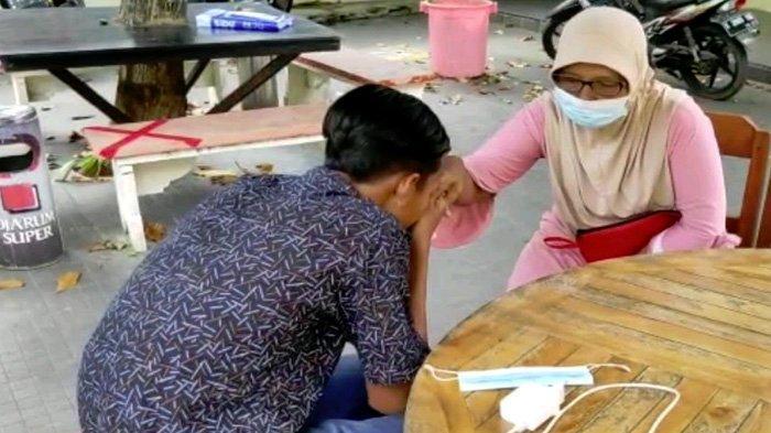 Garang Saat Ngebut, Pelaku Balap Liar Cium Tangan Ibu saat Diamankan Polisi
