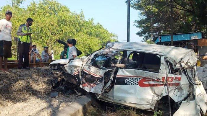 Balita 2 Tahun Tewas Tertabrak KA Maharani di Lamongan, Mobil Terlempar 15 Meter, Sopirnya Begini