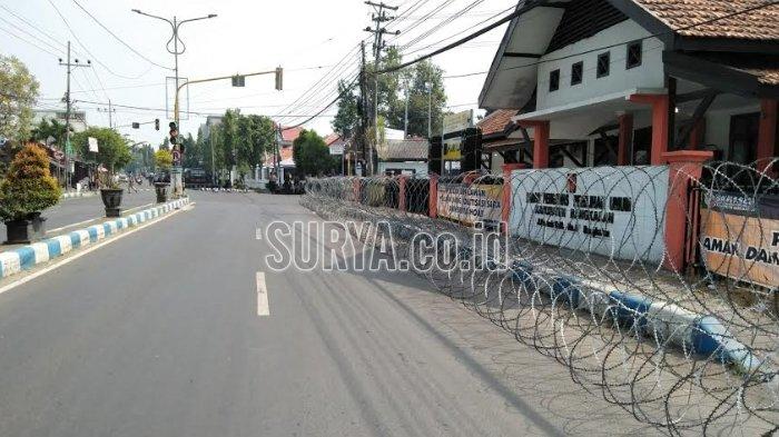 BREAKING NEWS - Ada Demo Pilkada, Jalan Depan Kantor Panwaslu Bangkalan Ditutup Total