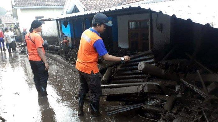 Gubernur Khofifah Gerak Cepat dan Responsif Turun Langsung Tangani Banjir Bandang di Bondowoso
