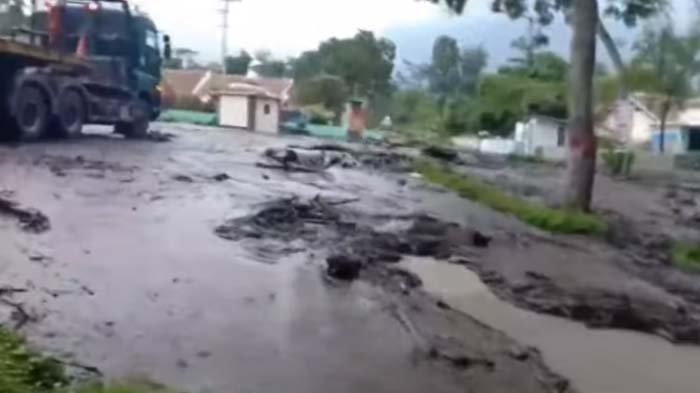 Banjir Bandang di Lereng Gunung Ijen Bondowoso Bawa Material Kayu dan Lumpur