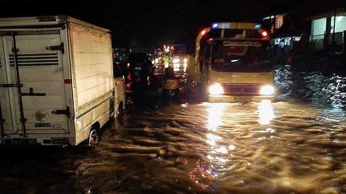Jalan Pantura Pasuruan-Probolinggo Terendam Banjir Hingga Sebabkan Kemacetan