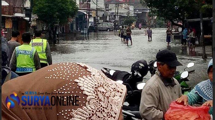 Banjir Jombang: Meluas hingga Pasar Blimbing Gudo, Ketinggian Air 1 Meter, Aktivitas Tersendat