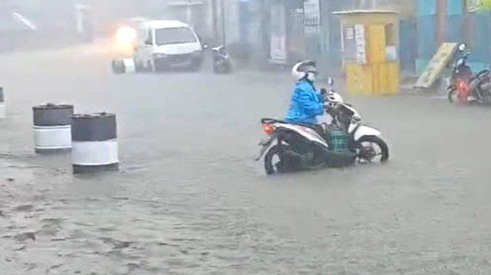 Jalur Maut Blitar-Malang Lumpuh Akibat Banjir Besar; Ada Pengendara Hilang Tertelan Genangan