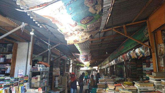 Pedagang KampungIlmu Surabaya Mengantisipasi Kebocoran di Musim Hujan dengan Banner dan Plastik