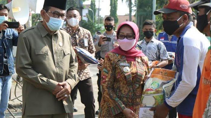 Bupati Jombang Mundjidah Wahab Bagikan Bansos Sembako dan Uang, Diselenggarakan di 18 Lokasi