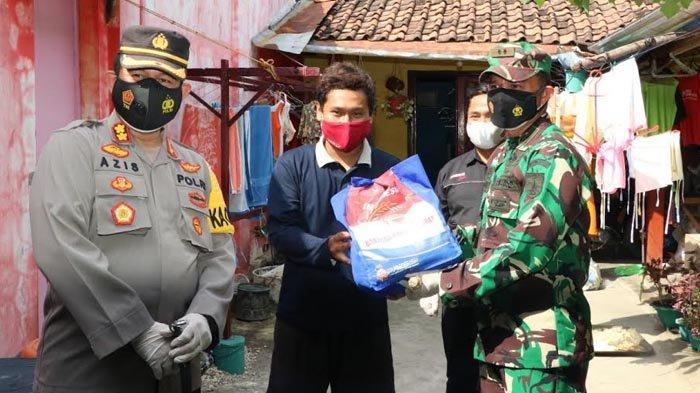 TNI - Polri Ponorogo Salurkan Bantuan 5 Ton Beras Pada Warga yang Terdampak Covid-19