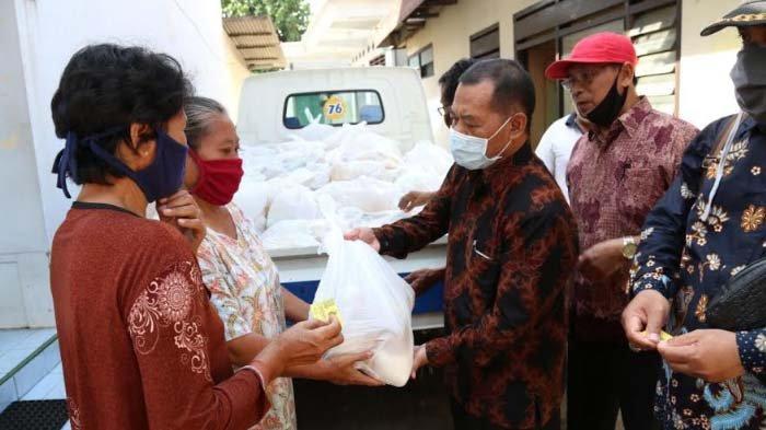 Hari Koperasi ke-73 di Kab Kediri Ditandai Pembagian 1.000 Paket Sembako ke Warga Terdampak Corona