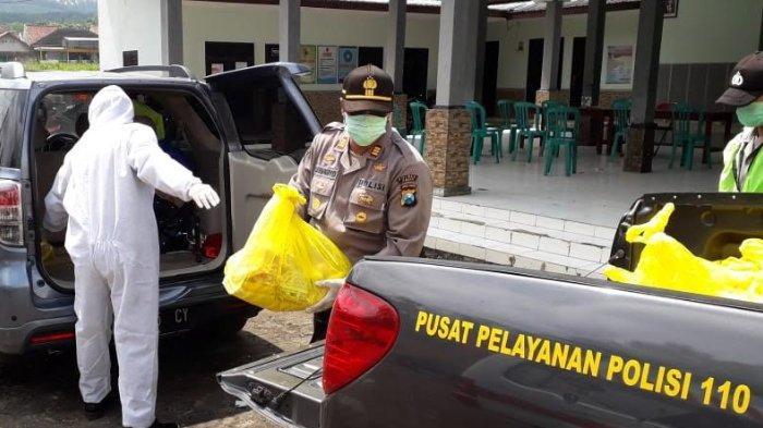 Polisi Beri Bantuan Sembako Untuk Warga 1 RT di Jember yang Terapkan Karantina Wilayah