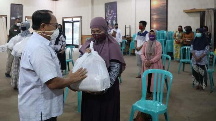 Bupati Blitar Rijanto Serahkan Bantuan Sosial untuk Pekerja Seni dan Pelaku Usaha Pariwisata