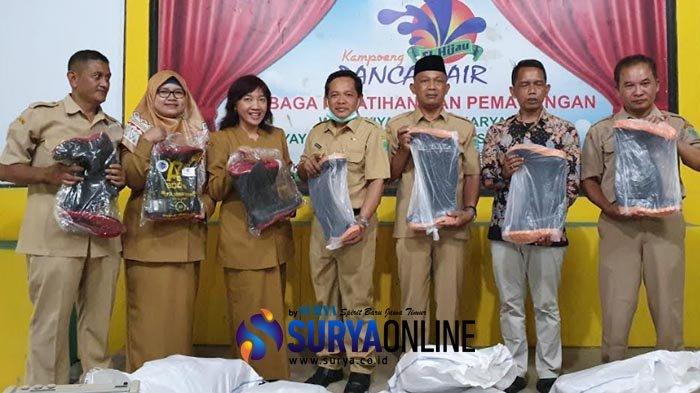 Anggota DPRD Kabupaten Pasuruan Ini Beri 45 Pasang Sepatu Boots untuk Tenaga Medis, Ini Tujuannya