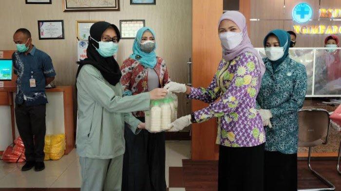 Ibu-ibu Forkopimda Lamongan Serahkan Bantuan untuk Nakes Rumah Sakit dan Puskesmas
