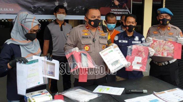Waka Polres Mojokerto Kota, Kompol Iwan Subastian membeberkan barang bukti kasus suami yang jual istri untuk layanan seks ke pria hidung belang, Selasa (12/1/2021).
