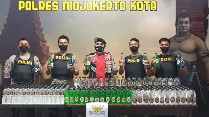 Ratusan Botol Arak Bali Gagal Diselundupkan ke Kota Mojokerto, Polisi Buru Pemasoknya