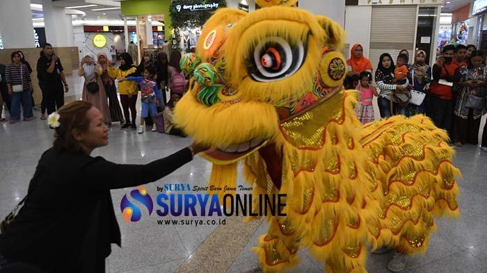 Imlek 2020, Atraksi Barongsai Hibur Pengunjung Royal Plaza Surabaya