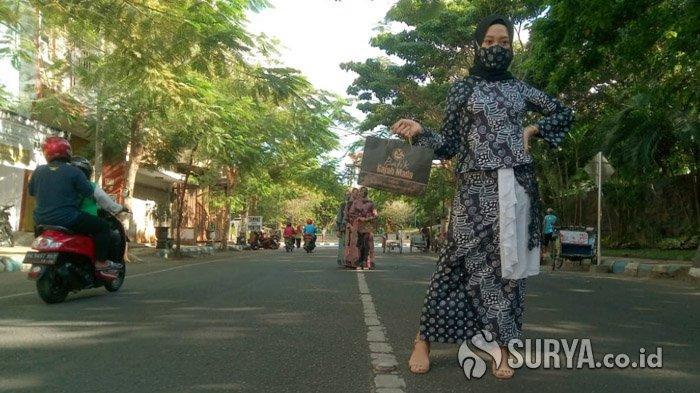 Hari Batik Nasional, Batik Gajah Mada Tulungagung Bagi Masker Gratis Hingga Fashion Show di Jalan