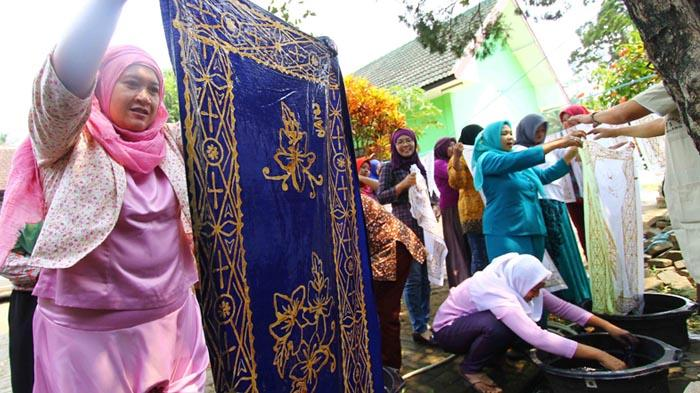 Anggota PKK Cemorokandang Kota Malang Belajar Membatik - batik-malang_20161020_130334.jpg