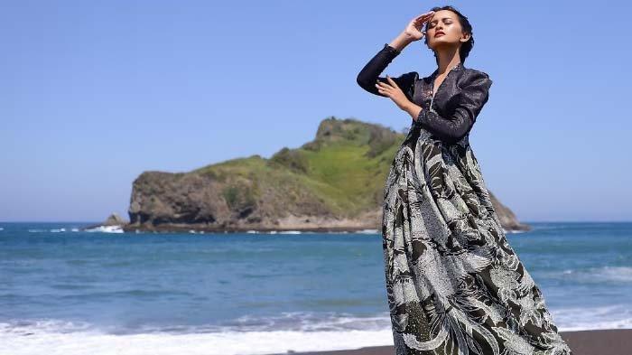 Hari Batik Nasional, Dosen UC Surabaya Luncurkan Batik Pesisir, Ungkap Makna Kecantikan Wanita