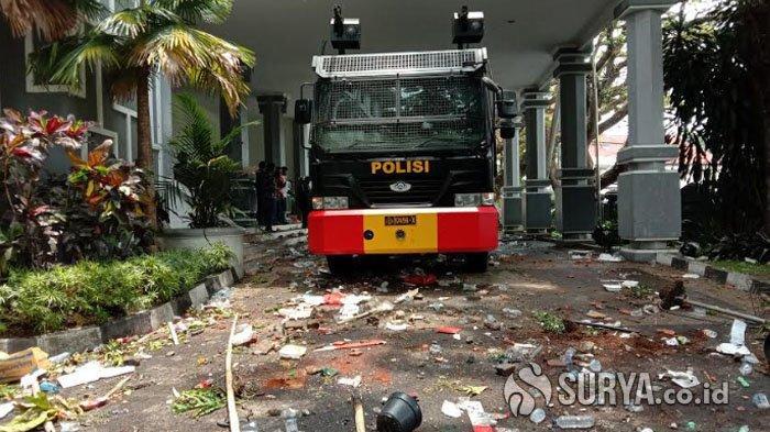 BREAKING NEWS Aksi Menolak UU Cipta Kerja, Bagian Luar Gedung DPRD Kota Malang Dirusak Massa