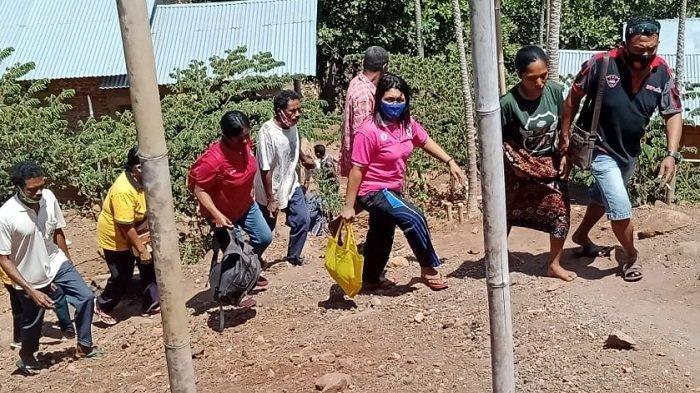OLAH TKP - Tim Identifikasi Polres Sikka sedang melakukan olah TKP kasus penemuan janin perempuan yang ditemukan di kebun mente warga Desa Tuabao, Kecamatan Waiblama, Sikka. (PK/RIS FOTO POLRES SIKKA UNTUKPOS-KUPANG.COM)