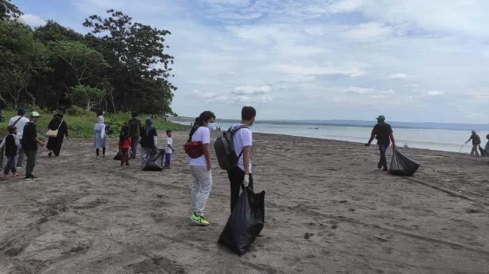 Dukung Pelestarian Lingkungan Geopark Ijen, Komunitas Banyuwangi Bersih-bersih Pantai