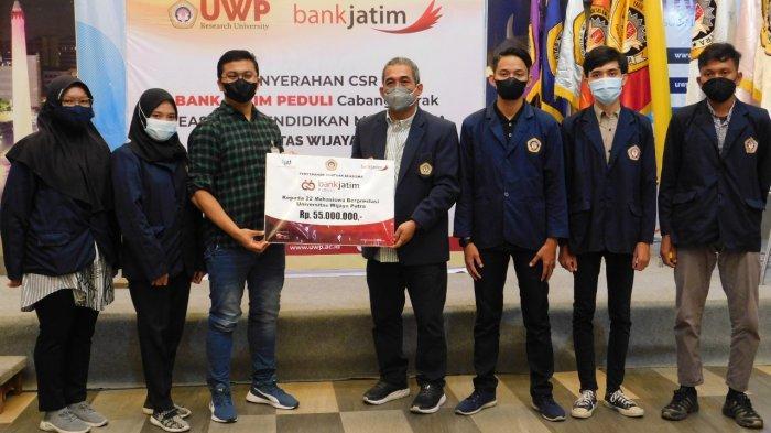 Rektor Universitas Wijaya Putra (UWP) Surabaya, Dr. Budi Endarto, SH MHum menerima penyerahan beasiswa secara simbolis dari bankjatim Cabang Perak/Ist