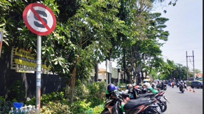Meski Ada Tanda Larangan, Sejumlah Motor Nekat Parkir diSamping SMP Kemala Bhayangkari 1 Surabaya