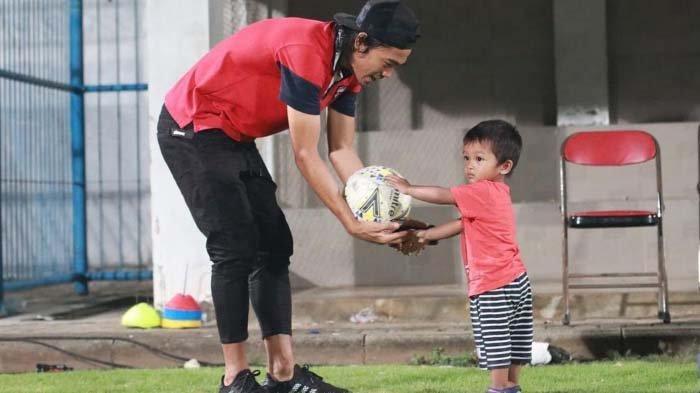 Fokus Menikmati Kebersamaan Bersama Keluarga, Bek Madura United Tetap Disiplin Jaga Kondisi