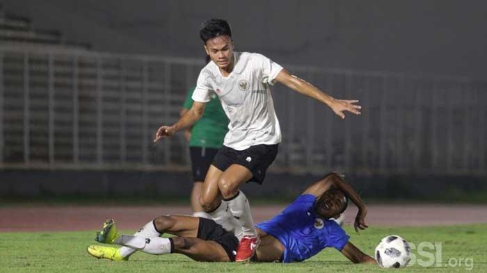 Bek Persebaya Koko Ari Arya bersama Timnas Indonesia. Persebaya Surabaya berusaha mengeksekusi buruan pemain asing yang diproyeksikan bermain di Liga 1 2021. Bajul Ijo bakal memaksimalkan kuota empat pemain asing.