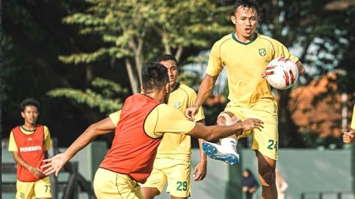Bek Persebaya Surabaya Arif Satria dalam latihan tim, Jumat (25/6/2021).