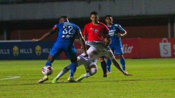 Bek Persib Bandung, Victor Igbonefo (32) saat menghadang laju winger PSS Sleman Irfan Jaya dalam Piala Menpora 2021