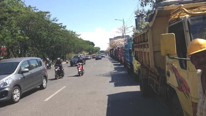 Hati - hati Banyak Truk Parkir di Badan Jalan Frontage Road A YaniSisi Barat