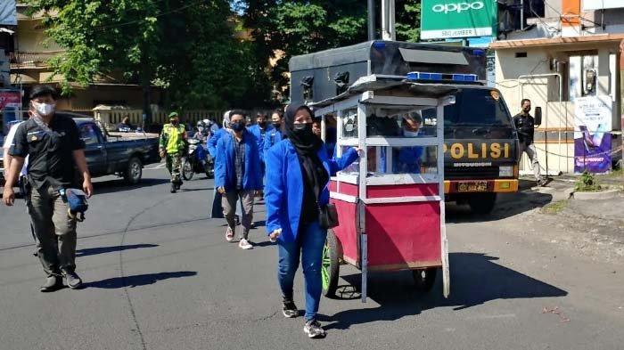 Aksi BEM Unmuh Jember Kritik Pemerintah sambil Bagi Paket Sembako