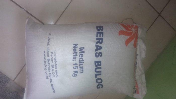 Kualitas beras Bulog yang diterima KPM di Bungah, Kabupaten Gresik berwarna kuning.