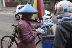 Cegah Penyebaran Virus, Membagi Masker untuk Pekerja di Jalan